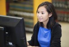 Studente che lavora al computer Fotografie Stock Libere da Diritti