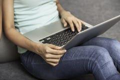 Studente che lavora al computer portatile Immagini Stock Libere da Diritti