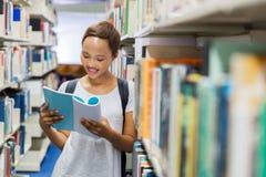 Studente che legge un libro Fotografie Stock