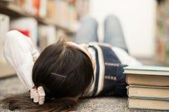Studente che mette su pavimento con i libri Fotografia Stock Libera da Diritti
