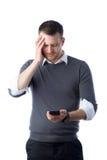 Studente che osserva preoccupato il dispositivo dello smartphone Immagine Stock