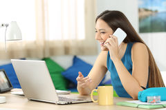 Studente che parla sul telefono nella sua stanza Immagine Stock Libera da Diritti