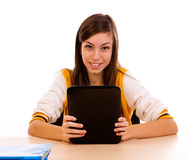 Studente che per mezzo di un computer della compressa Immagini Stock