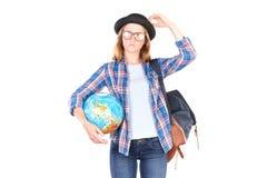 Studente che posa con il globo Fotografie Stock Libere da Diritti