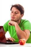 Studente che pratica il surfing Internet Immagine Stock Libera da Diritti