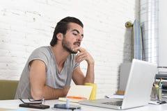 Studente che prepara pensiero dell'esame o uomo d'affari informale di stile dei pantaloni a vita bassa che lavora con il computer Fotografia Stock Libera da Diritti