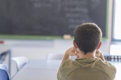 Studente che presente in un'aula durante la lezione Fotografia Stock Libera da Diritti