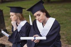 Studente che ritiene premuroso dopo la graduazione Immagine Stock