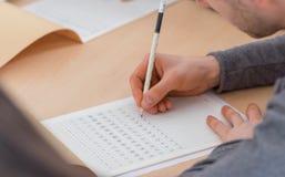 Studente che scrive i caratteri cinesi fotografie stock libere da diritti