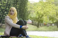 Studente che si siede con il fronte di ansia e di sforzo Fotografia Stock Libera da Diritti