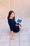 Studente che si siede sulle scale con un computer della compressa Fotografia Stock Libera da Diritti