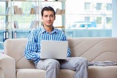 Studente che studia a casa per gli esami Immagini Stock