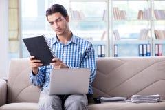 Studente che studia a casa per gli esami Immagine Stock Libera da Diritti