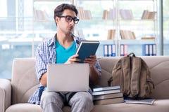 Studente che studia a casa per gli esami Immagini Stock Libere da Diritti