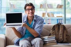 Studente che studia a casa per gli esami Fotografie Stock