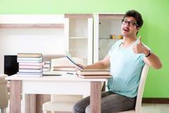 Studente che studia a casa per gli esami Immagine Stock