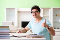 Studente che studia a casa per gli esami Fotografia Stock Libera da Diritti