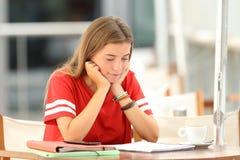 Studente che studia e che memorizza le note Fotografia Stock