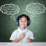 Studente che studia multi lingua ascoltando Immagine Stock Libera da Diritti