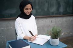 Studente che studia nella stanza di classe A Fotografia Stock Libera da Diritti