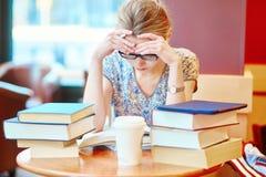 Studente che studia o che prepara per gli esami Fotografia Stock Libera da Diritti
