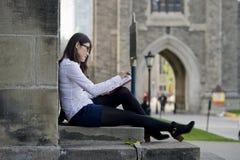 Studente che studia sulla città universitaria Immagine Stock Libera da Diritti