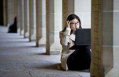 Studente che studia sulla città universitaria Immagine Stock