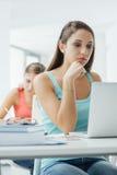 Studente che utilizza i computer portatili nell'aula Fotografie Stock