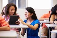 Studente In Classroom della scuola di Helping Female High dell'insegnante fotografia stock libera da diritti
