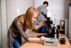 Studente con capelli rossi in un laboratorio fotografie stock