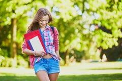 Studente con i libri e le cartelle alla città universitaria Fotografia Stock Libera da Diritti
