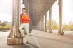 Studente con i manuali che cammina al centro di Parigi Immagini Stock