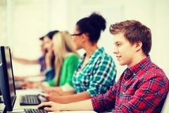 Studente con il computer che studia alla scuola Fotografia Stock Libera da Diritti