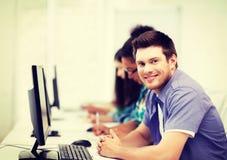Studente con il computer che studia alla scuola Immagini Stock Libere da Diritti