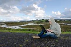 Studente con il computer dipendente ad Internet Immagini Stock Libere da Diritti
