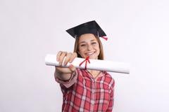 Studente con il diploma ed il cappuccio di graduazione Immagini Stock