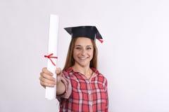 Studente con il diploma ed il cappuccio di graduazione Fotografia Stock