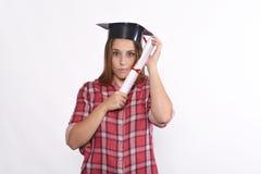 Studente con il diploma ed il cappuccio di graduazione Fotografie Stock