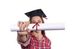 Studente con il diploma ed il cappuccio di graduazione Immagine Stock Libera da Diritti