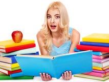 Studente con il libro della pila. Immagini Stock