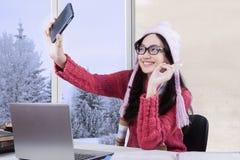 Studente con il maglione che prende selfie Immagine Stock