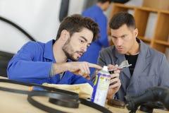 Studente con l'insegnante che studia meccanico automobilistico Fotografia Stock Libera da Diritti