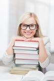 Studente con la pila di libri Fotografia Stock