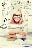 Studente con la pila di libri e di scarabocchi Fotografie Stock Libere da Diritti
