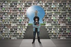 Studente con lo scaffale per libri ed il buco della serratura Immagine Stock