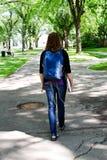 Studente con lo zaino che cammina per classificare Fotografie Stock Libere da Diritti