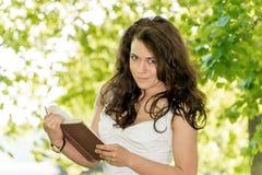 Studente con un libro in parco Fotografia Stock Libera da Diritti