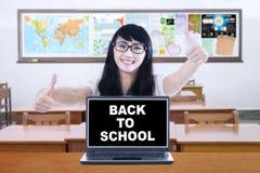 Studente con un testo di nuovo alla scuola Immagini Stock Libere da Diritti
