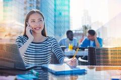 Studente contentissimo che parla sul telefono cellulare Immagine Stock