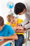 Studente d'aiuto dell'insegnante Immagini Stock